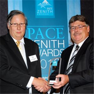Andrew Hepburn (L) receives the award from Garry Mahoney of Honeywell Process Solutions, sponsor of the Transport, Power and Infrastructure category. Image courtesy of PACE