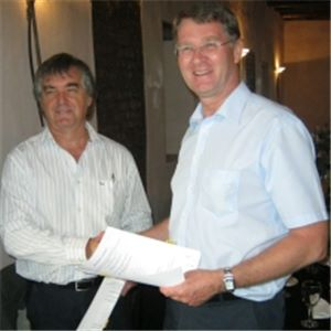 A picture of Albert Geldenhuys (left), Aurecon's General Manager, South Africa, hands over a donation to the University of Stellenbosch.