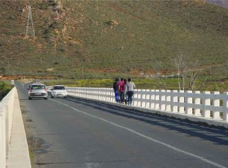 The narrow roadway of the old bridge resulted in several safety problems for users. Aurecon was involved in the upgrades of the Breede River Bridge.